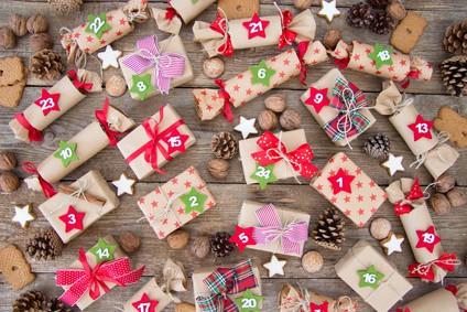 Selbstgebastelter Adventskalender mit Geschenken und Tannenzapfen
